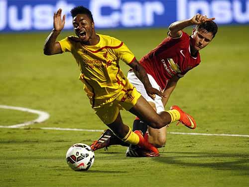 Tân binh Herrera (phải) nhanh chóng hòa nhập với lối chơi mới của M.U dưới thời HLV Van Gaal  Ảnh: REUTERS