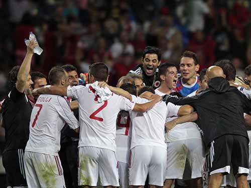 Các cầu thủ Albania vui mừng sau khi tạo ra bất ngờ đầu tiên ở vòng loại Euro 2016 Ảnh: REUTERS