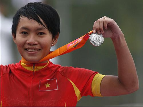 Nguyễn Thị Thật trên bục nhận HCB xe đạp đường trường nữẢnh: REUTERS