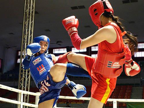 Kim Ngân trong pha tấn công đối thủ hạng cân 57 kg tại Giải Vô địch toàn quốc 2014 đang diễn ra ở TP HCM