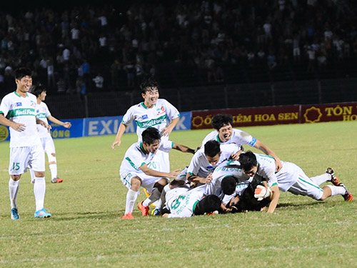 U19 HAGL vui mừng sau khi vượt qua U21 Việt Nam ở loạt sút luân lưu 11 m tối 25-10