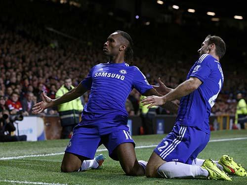 Drogba (trái) vẫn còn hữu dụng với Chelsea ở tuổi 36 Ảnh: REUTERS