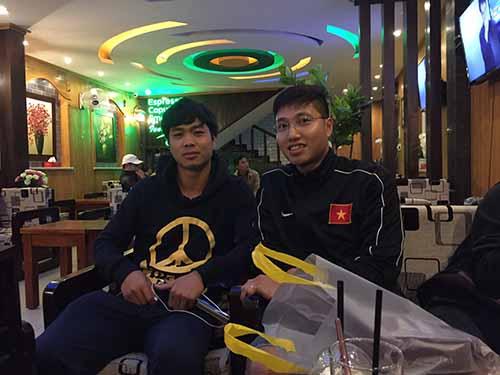 Công Phượng (trái) và phóng viên Báo Người Lao Động ở Gia Lai tối 17-11Ảnh: ANH DŨNG