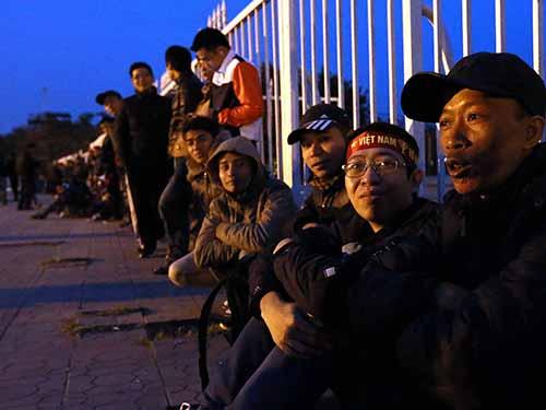 Các CĐV xếp hàng vào rạng sáng 6-12 chờ mua vé Ảnh: Quang Liêm