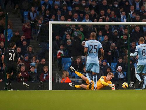 Boyd ghi bàn rút ngắn tỉ số 1-2 cho Burnley Ảnh: REUTERS