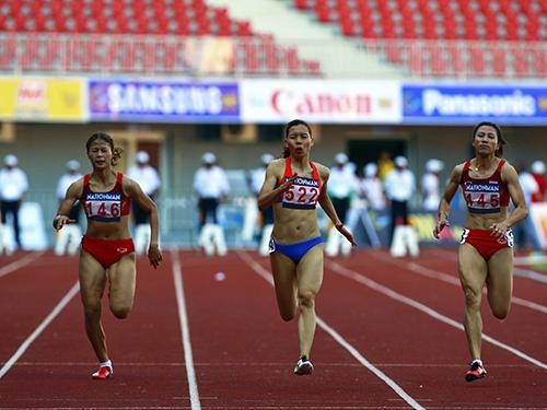 Vũ Thị Hương (giữa) sẽ phải sửa chữa những sai sót lúc xuất phát nếu muốn cạnh tranh huy chương cự ly 100 m nữẢnh: ĐÔNG LINH
