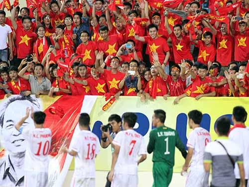 Công Phượng (10) và đồng đội đang thắp lại lửa bóng đá trong lòng CĐV Việt NamẢnh: Hải Anh