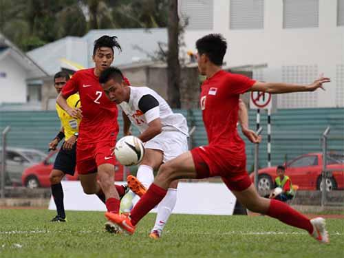 Tuấn Tài (giữa) làm khổ hàng thủ U22 Singapore và ghi 2/4 bàn cho U19 Việt Nam