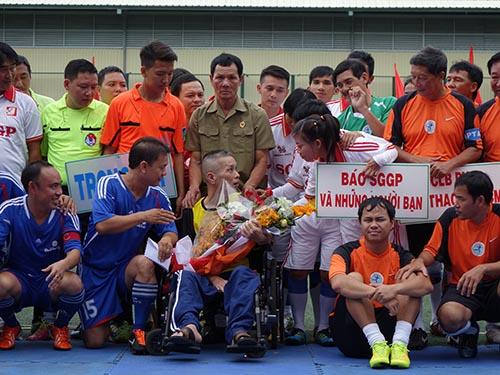 Các cầu thủ nữ thăm hỏi, động viên nhà báo Minh Hùng Ảnh: Quang Liêm