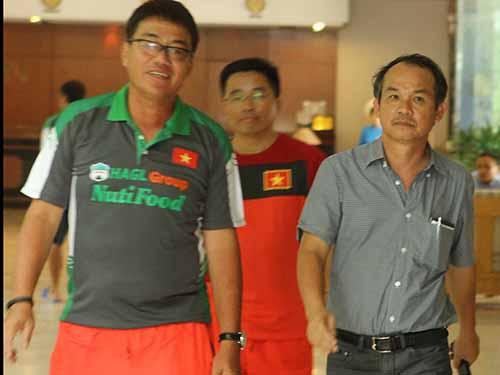 Bầu Đức (phải) trước khi vào thăm U19 Việt Nam Ảnh: Minh Ngọc
