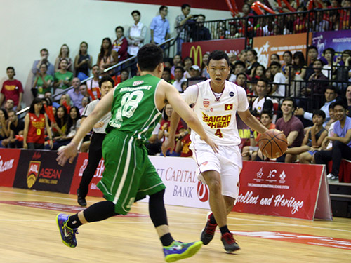 Đội Saigon Heat (phải) đã có trận đấu chất lượng trước Hitech Bangkok City tối 24-10