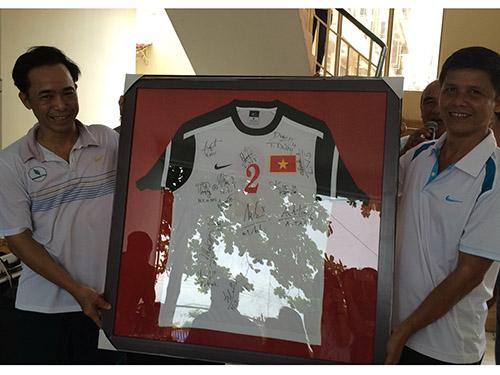 Tổng Biên tập Báo Người Lao Động, ông Đỗ Danh Phương (trái), tặng quà cho đại diện Công an TP Mỹ Tho