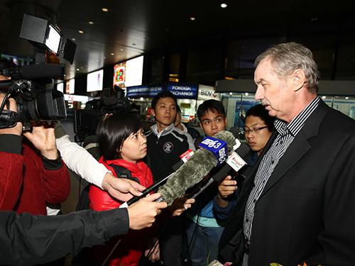 HLV Riedl (phải) trả lời phỏng vấn tại sân bay Nội Bài Ảnh: Hải Anh