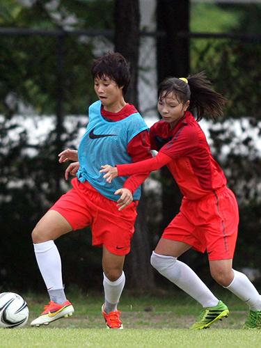Tiền đạo Minh Nguyệt (trái) trong buổi tập của đội nữ Việt Nam chiều 28-9  Ảnh: Ngọc Linh