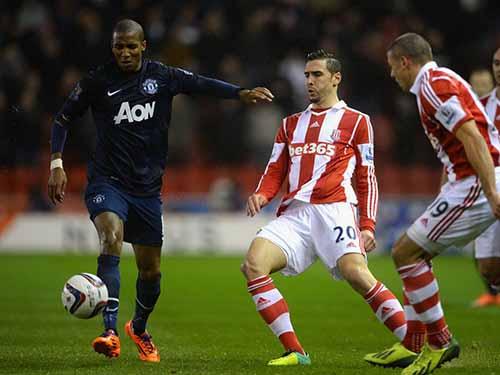 M.U của A.Young (trái) quyết đòi món nợ thua Stoke 1-2 trên sân nhà hồi tháng 2. Ảnh: REUTERS
