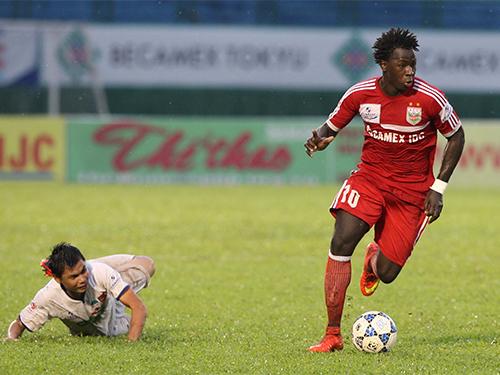 Abass (phải) ghi 2 bàn giúp B.Bình Dương thắng HAGL 4-1, duy trì hy vọng vô địch Ảnh: Quang Liêm