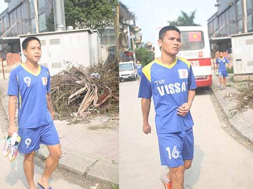 Hai cầu thủ Hoàng Danh Ngọc (trái) và Lê Văn Thắng đã trở lại sân tập vào chiều 14-4