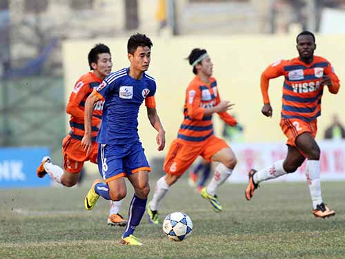 Vũ Minh Tuấn (6) ghi bàn ấn định tỉ số 3-1 cho Than Quảng Ninh trước chủ nhà V. Ninh Bình Ảnh: Hải Anh
