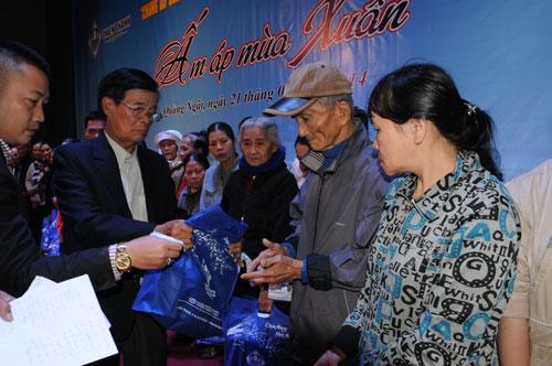 Ông Phạm Tòa, Cố vấn Tập đoàn Thiên Thanh trao quà tết cho bà con nghèo tại Quảng Ngãi sáng 21-1