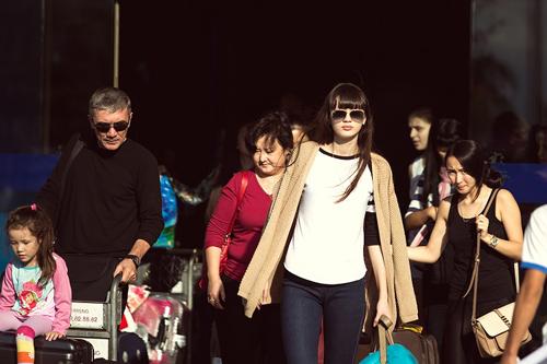 Sabina cùng bố mẹ và em gái tại sân bay Nha Trang.