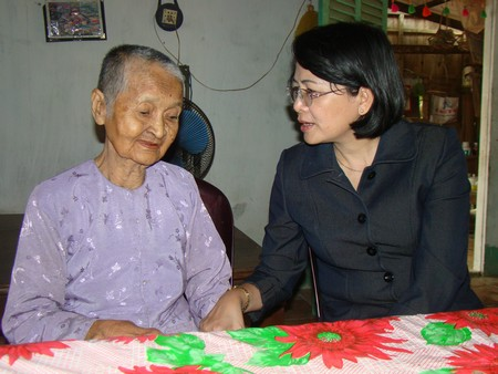Bà Đặng Thị Ngọc Thịnh trong một lần thăm, chúc Tết mẹ VNAH ở Vĩnh Long