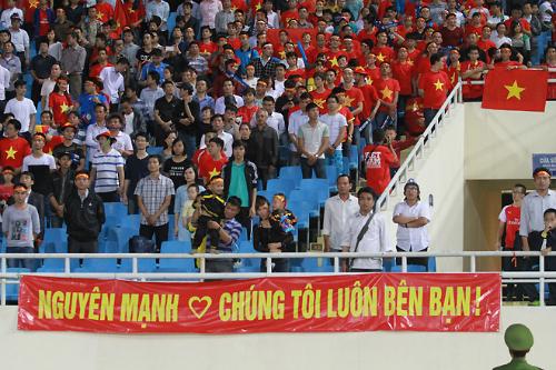 Người hâm mộ căng bảng ủng hộ Nguyên Mạnh trong trận Việt Nam thắng Lào 3-0