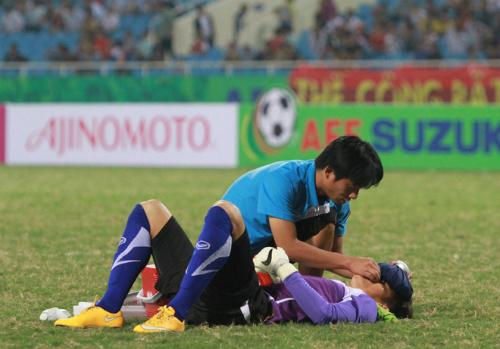 Thủ môn Nguyên Mạnh được chăm sóc trên sân
