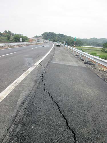Vị trí nứt tại Km83 đường cao tốc Nội Bài - Lào Cai được VEC đổ tại nền đất yếuẢnh: ĐỖ DU