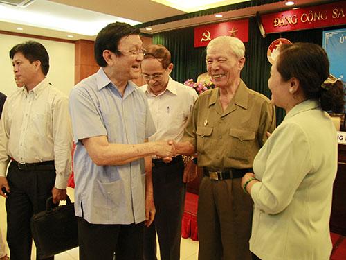 Chủ tịch nước Trương Tấn Sang thăm hỏi cử tri tại buổi tiếp xúc Ảnh: HOÀNG TRIỀU
