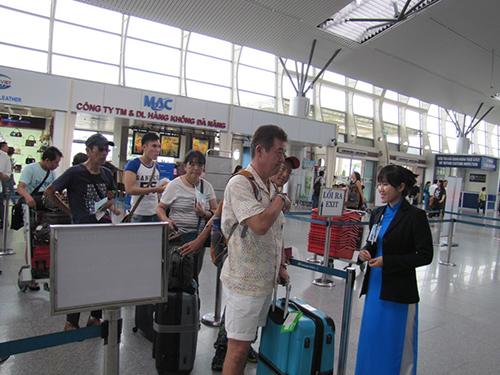 Đón tiếp hành khách tại sân bay quốc tế Đà NẵngẢnh: Hoàng Dũng