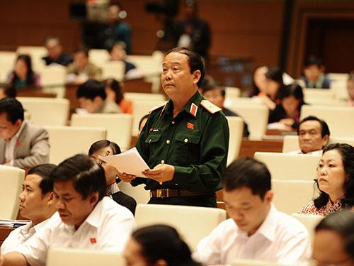 Đại biểu Ngô Ngọc Bình (TP HCM), Phó Tư lệnh Quân khu 7, phát biểu tại phiên họp.Ảnh: Hoàng Ngọc