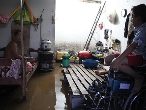 Nước tràn vào nhà dân trên đường Trần Não (quận 2)