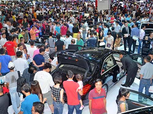 Triển lãm ô tô 2014 tại TP HCM thu hút đông đảo khách tham quan.Ảnh: TẤN THẠNH