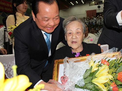 Ủy viên Bộ Chính trị, Bí thư Thành ủy TP HCM Lê Thanh Hải tặng danh hiệu Bà mẹ Việt Nam anh hùng cho mẹ Nguyễn Thị Đê