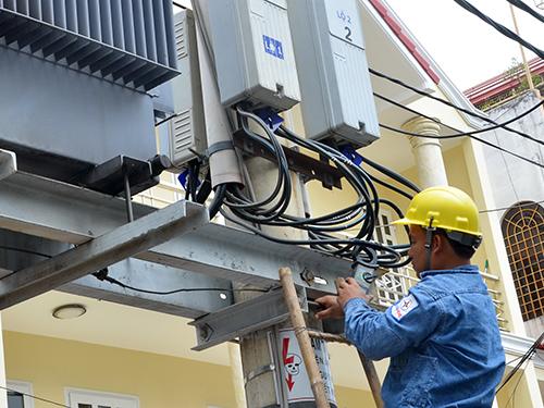 Công nhân EVN kiểm tra lưới điện tại quận 3, TP HCMẢnh: TẤN THẠNH