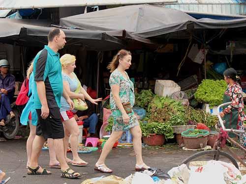 Khách Nga đi chợ Xóm Mới (Nha Trang) để mua sắm Ảnh: KỲ NAM