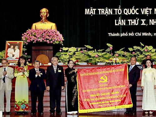 Ủy viên Bộ Chính trị, Bí thư Thành ủy TP HCM Lê Thanh Hải tặng bức trướng cho đại hộiẢnh: Nguyễn Phan