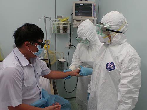 Diễn tập phòng chống dịch Ebola tại sân bay quốc tế Tân Sơn Nhất (TP HCM) Ảnh: NGUYỄN THẠNH