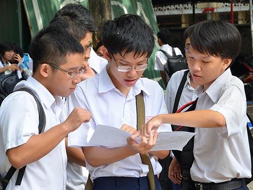 Thí sinh trao đổi sau kỳ thi tốt nghiệp THPT 2014 tại Trường THPT Hùng Vương (TP HCM) Ảnh: Tấn Thạnh