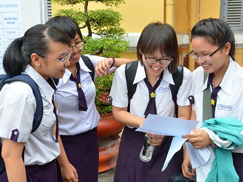 Thí sinh trao đổi sau khi thi môn ngữ văn tại Trường THPT Nguyễn Thị Minh Khai (TP HCM)Ảnh: TẤN THẠNH