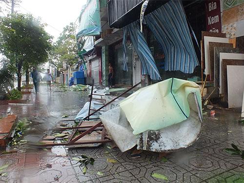 TP Móng Cái (Quảng Ninh) ngổn ngang sau khi bão số 2 tràn qua Ảnh: Trọng Đức
