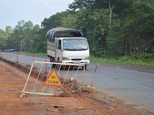 Phần lớn gói thầu trong dự án mở rộng Quốc lộ 14 do Công ty CP BOT Quang Đức làm chủ đầu tư chỉ mới thi công được 2 bên lề đườngẢnh: CAO NGUYÊN