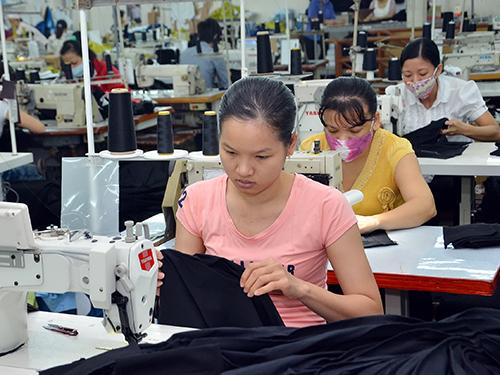 Sản xuất hàng thời trang xuất khẩu tại Công ty May mặc Sài Gòn 2Ảnh: TẤN THẠNH