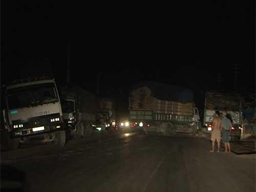 Xe quá tải phóng nhanh sau khi vượt Trạm Kiểm tra tải trọng xe lưu động tỉnh Thừa Thiên - HuếẢnh: QUANG TÁM