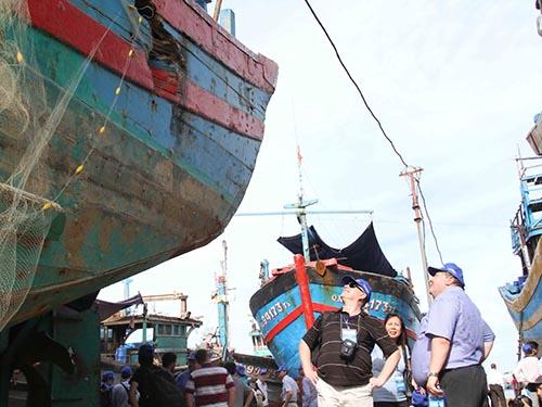 Các học giả quốc tế thăm tàu cá ĐNa 90152 bị tàu Trung Quốc đâm chìm