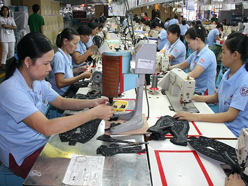 Quỹ BHXH chỉ ổn định khi các doanh nghiệp chấp hành nghiêm túc việc đóng BHXH cho người lao động. Trong ảnh: Công nhân đóng giày của Công ty Vietnam Samho (doanh nghiệp 100% vốn Hàn Quốc) tại huyện Củ Chi, TP HCMẢnh: VĨNH TÙNG