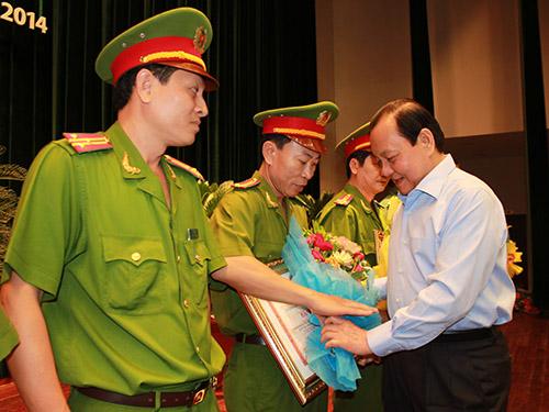 Ông Lê Thanh Hải, Bí thư Thành ủy TP HCM, tặng bằng khen của UBND TP cho các tập thể có thành tích cao trong công tác phòng chống và kiểm soát ma túy