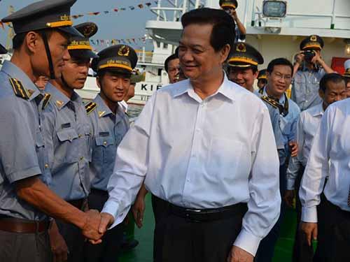Thủ tướng Nguyễn Tấn Dũng thăm tàu kiểm ngư Việt Nam tại lễ ra mắt