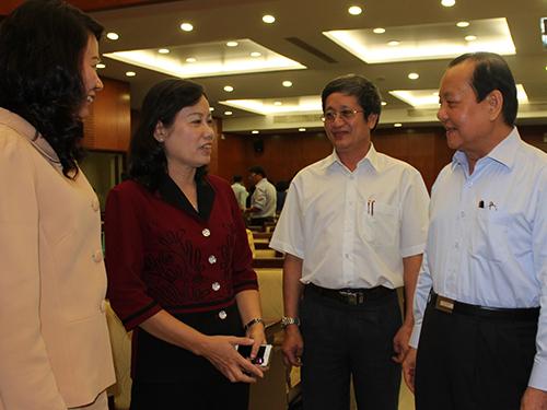 Ủy viên Bộ Chính trị, Bí thư Thành ủy TP HCM Lê Thanh Hải (bìa phải) trò chuyện cùng các đại biểu