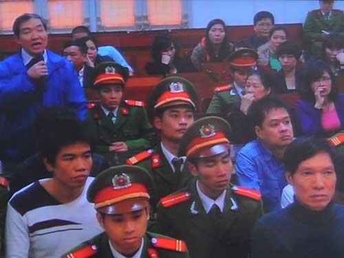 Nhân chứng Dương Chí Dũng (đứng) đã khai nhiều nội dung gây chú ý tại phiên tòa xét xử Dương Tự TrọngẢnh: Thế Kha